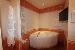 auberge-de-cassagne-junior-suite-baignoire