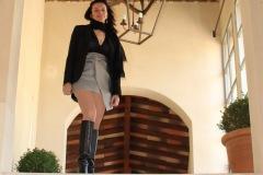 hotel-du-castellet-amelie-galerie-escalier-bottes-cuisses-zoom