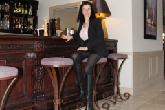 hotel-du-castellet-amelie-au-bar-collants-bottes
