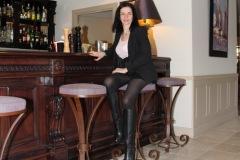hotel-du-castellet-amelie-au-bar-collants-bottes