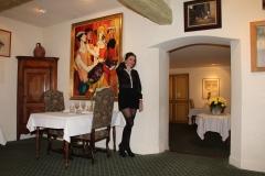 les-chenes-verts-amelie-devant-les-portraits-de-raymond-bussieres-bernard-et-annabel-buffet