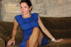 couvent-des-minimes-amelie-robe-bleue-assise-bar