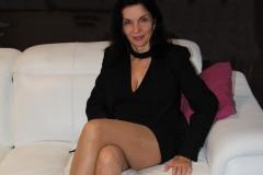 amelie-assise-chez-elle-jambes