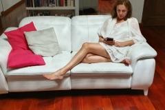amelie-assise-dans-son-salon-robe-voile