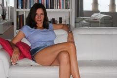 amelie-assise-minijupe-cuisses