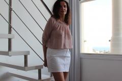 amelie-chemisier-transparent-seins-nus-devant-escalier