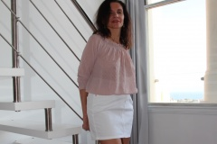 amelie-chemisier-transparent-seins-nus-jupe-courte