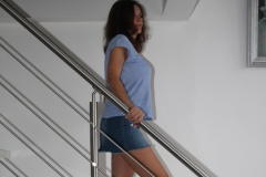 amelie-chez-elle-escalier-minijupe-jean-poitrine
