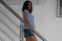 amelie-chez-elle-escalier-minijupe-jean