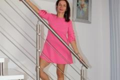 amelie-robe-courte-chez-elle-début-escalier
