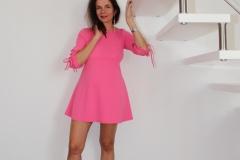 amelie-robe-courte-chez-elle-sous-escalier