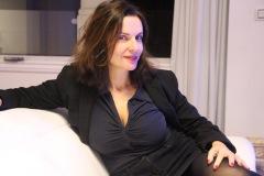 amelie-assise-chez-elle-portrait