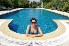 amelie-accoudee-dans-la-piscine