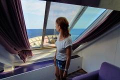 corsica-sardinia-ferries-mega-express-un-amelie-debout-en-sa-cabine