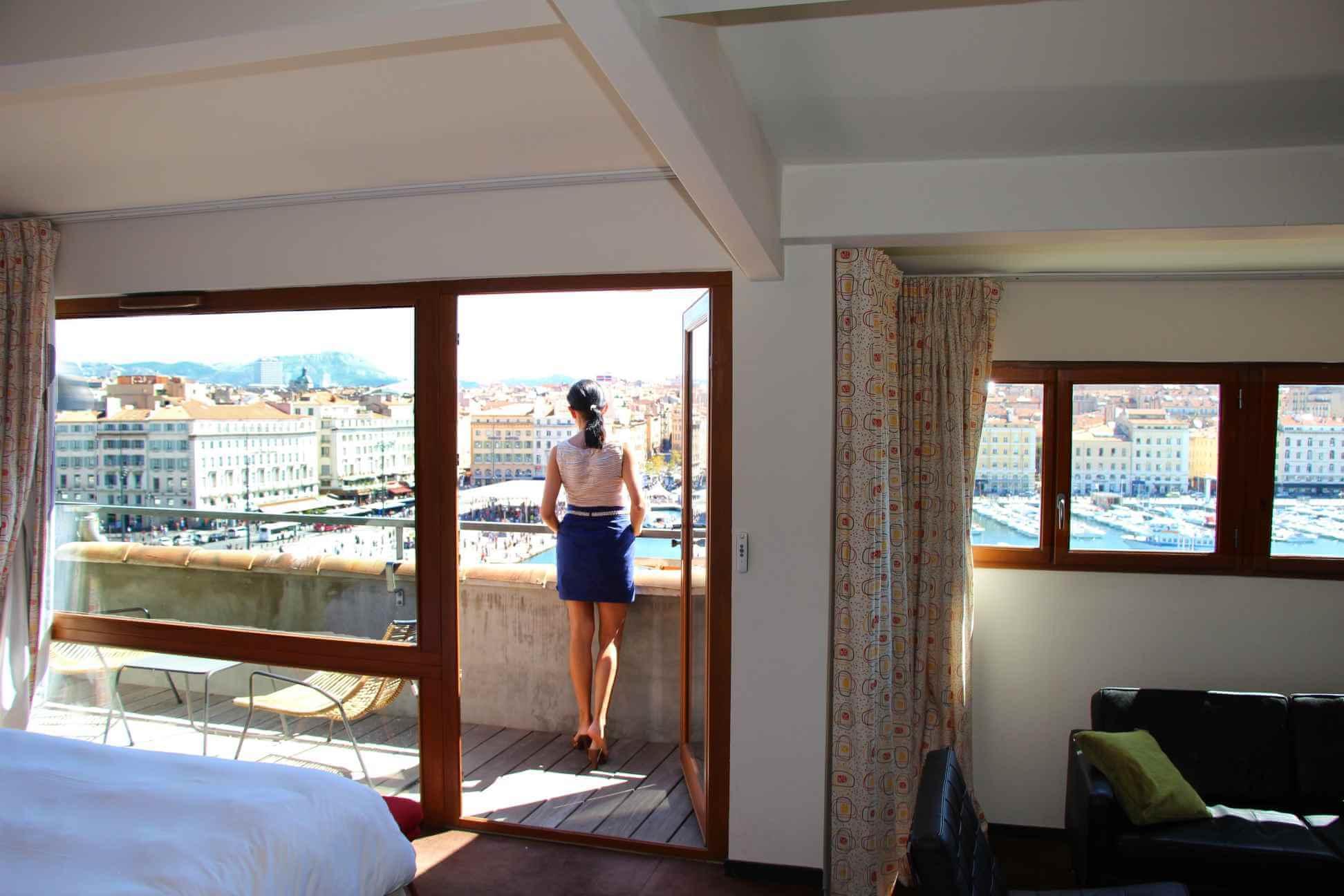 Marseille-Vieux Port. La Résidence. Amélie au balcon
