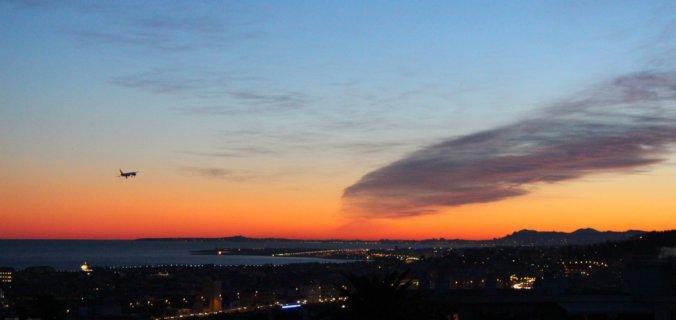 Arrivée à Nice-Côte d'Azur au soleil couchant, la Baie des Anges en bleu de Prusse