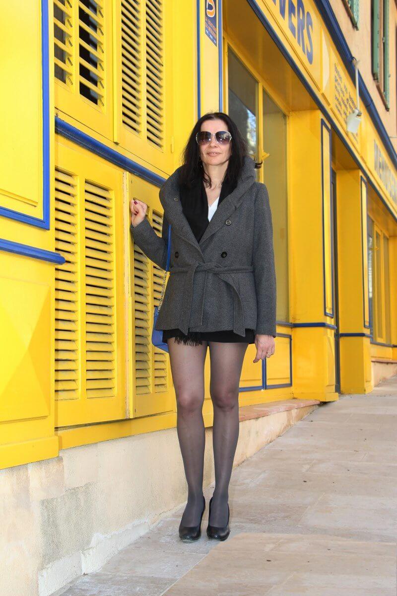 Amélie dans une rue de Villecroze