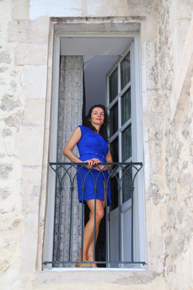 Haute Provence, Luberon, Forcalquier, Mane. Couvent des Minimes, Amélie en robe fendue à boutonnage, bleu roi