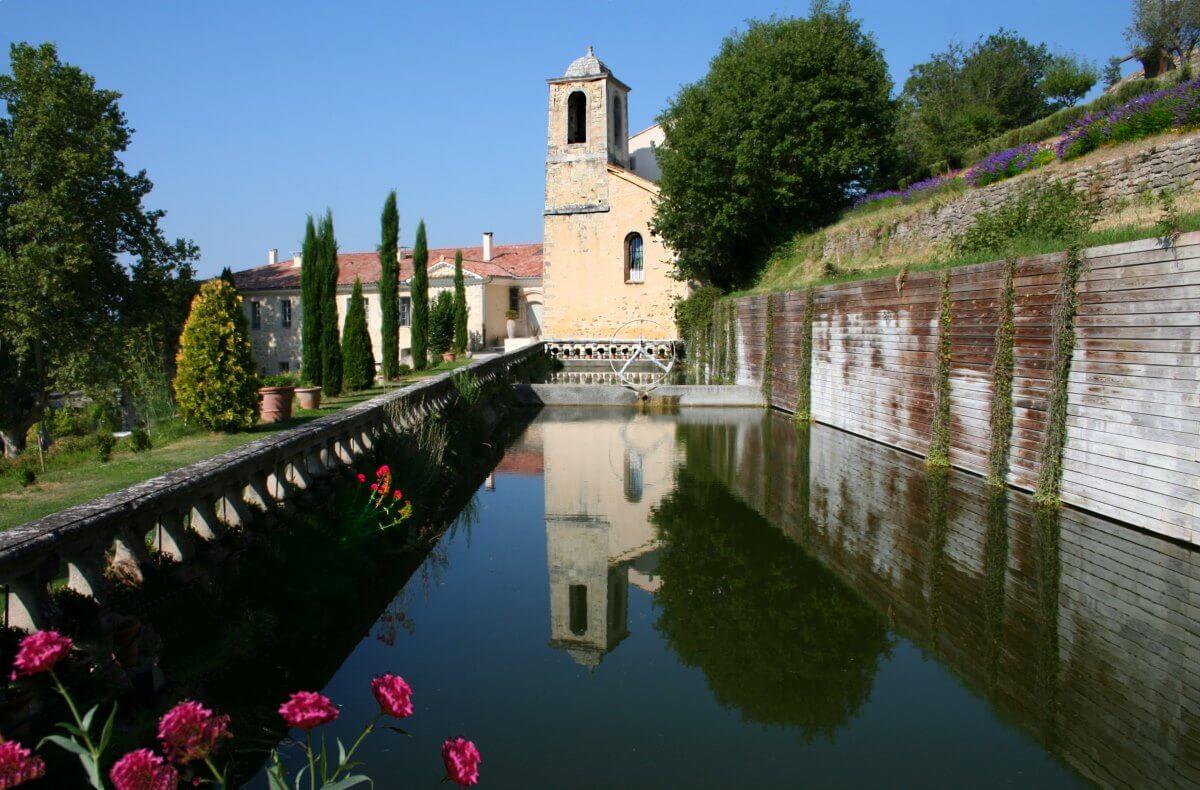 Luberon, Forcalquier, Mane, Couvent des Minimes, bassin réservoir sous les restanques fleuries