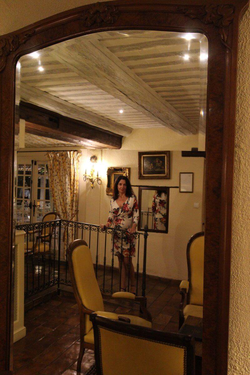 Provence, Avignon, Le Pontet, Auberge de Cassagne, Amélie dans un salon de la bastide, miroir.