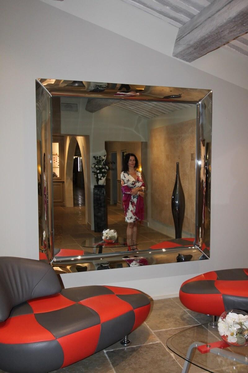 Provence, Avignon, Le Pontet, Auberge de Cassagne, hall d'entrée, Amélie, robe cache-cœur, reflet, miroir.