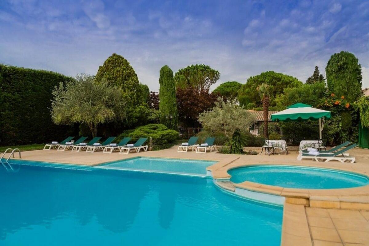 Provence, Avignon, Le Pontet, Auberge de Cassagne, - piscine extérieure,