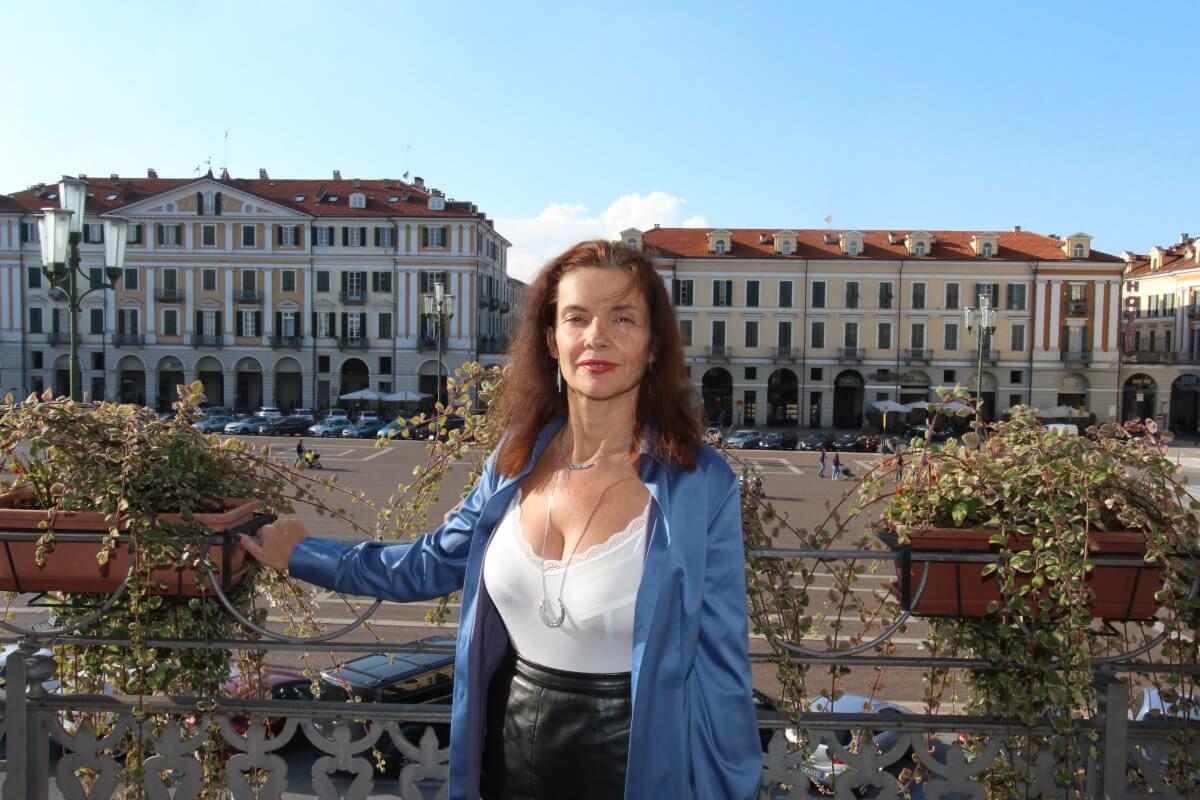 Italie, Piémont, Cuneo, Hôtel Principe di Piémonte, Amélie au balcon donnant sur la place Galimberti, décolleté.
