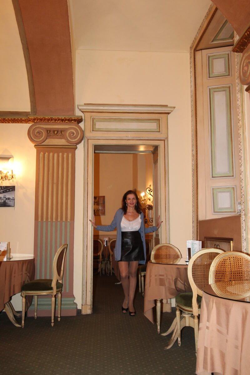 Italie, PIémont, Cuneo, Caffè Côni Veja, Française, frend woman,sexy chic. Mijupe en cuir.