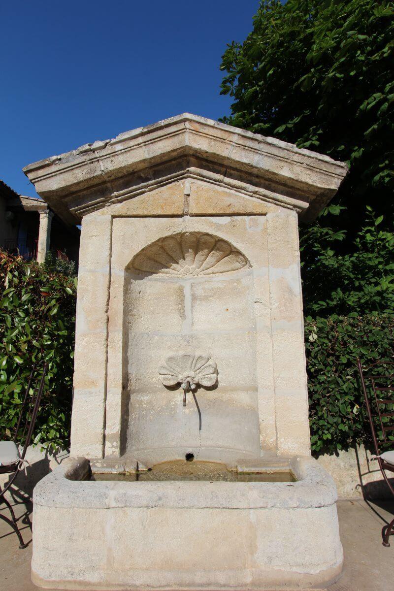 France, Haute Provence, Durance, Château-Arnoux, fontaine.