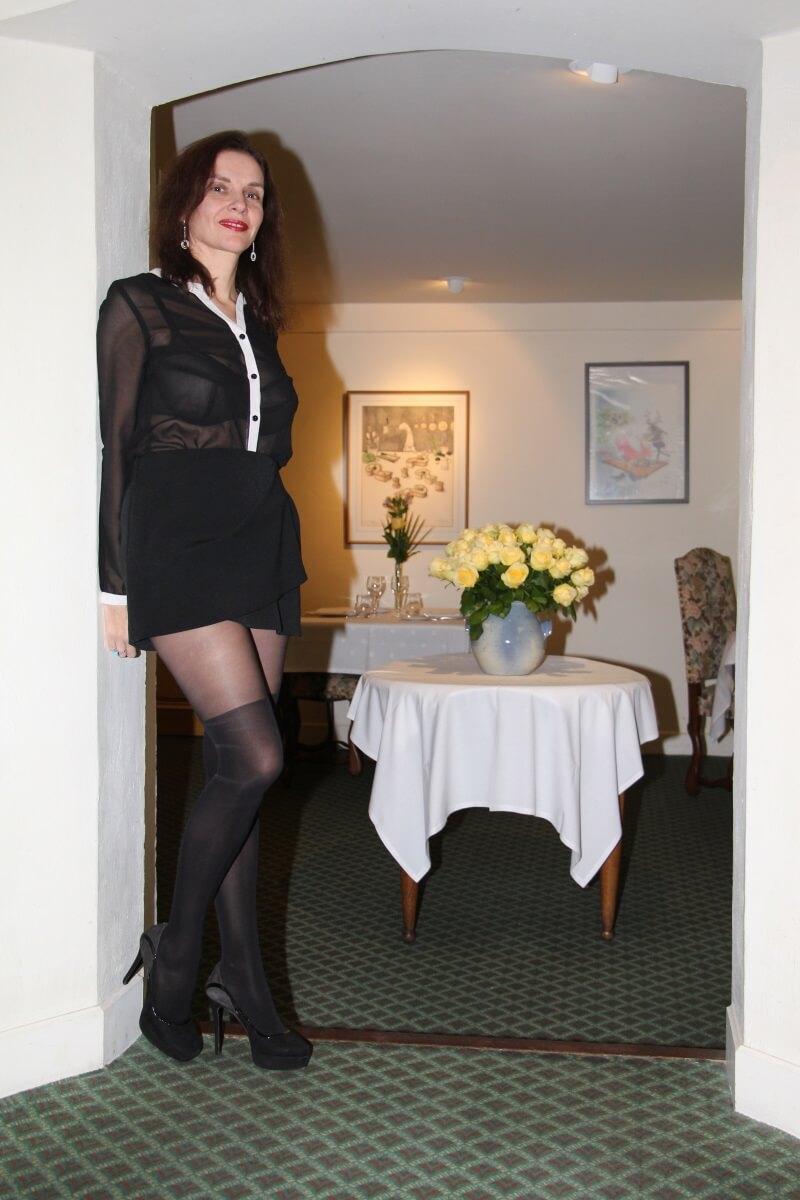 France, Provence, Haut Var, Dracénie, Tourtour, Amélie,chemisier transparent, longues jambes, mini-jupe.