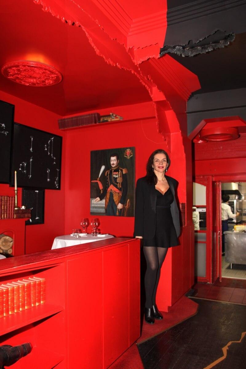 Paris, Saint-Germain des Près,Boutary, restaurant bar à caviar, Amélie, décolleté, robe courte, jolies jambes, femme française, sexy lady