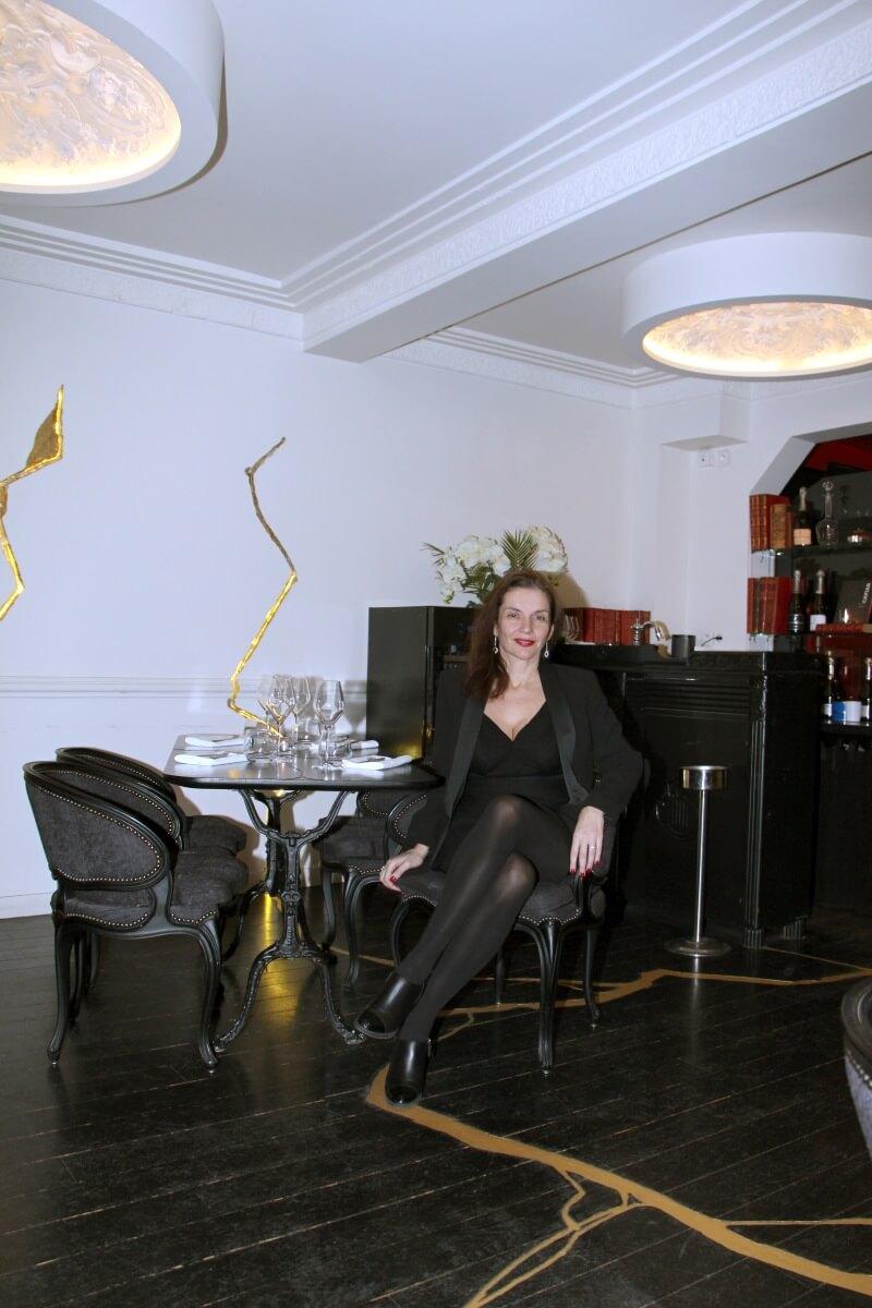 Paris, Saint-Germain des Près,Boutary, restaurant bar à caviar, Amélie, décolleté, robe courte, jolies jambes, croisées. femme française, sexy lady.