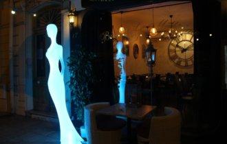 Europe, France, French Riviera, Côte d'Azur, Nice , Aurélien Nourry, bistronomique. Devanture. Statue versicolore.