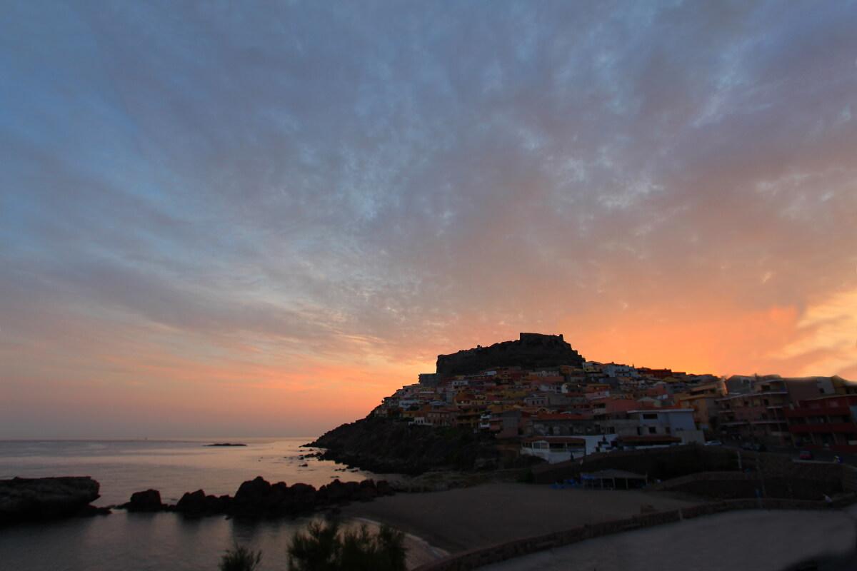 Italie, Sardaigne, Castelsardo, citadelle à l'aurore depuis la Pension Pinna.
