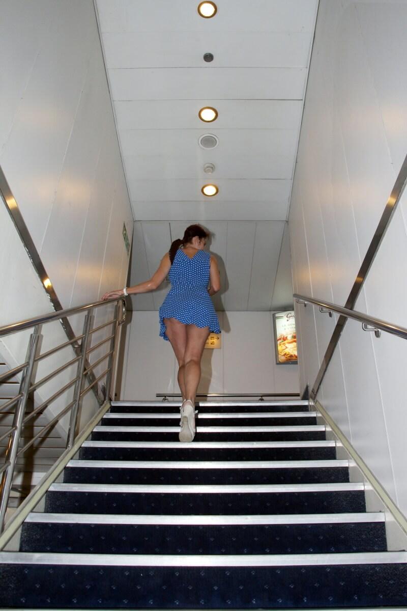 Amélie, Mega Express Five. Corsica & Sardinia Ferries, upskirt, minirobe, longues jambes