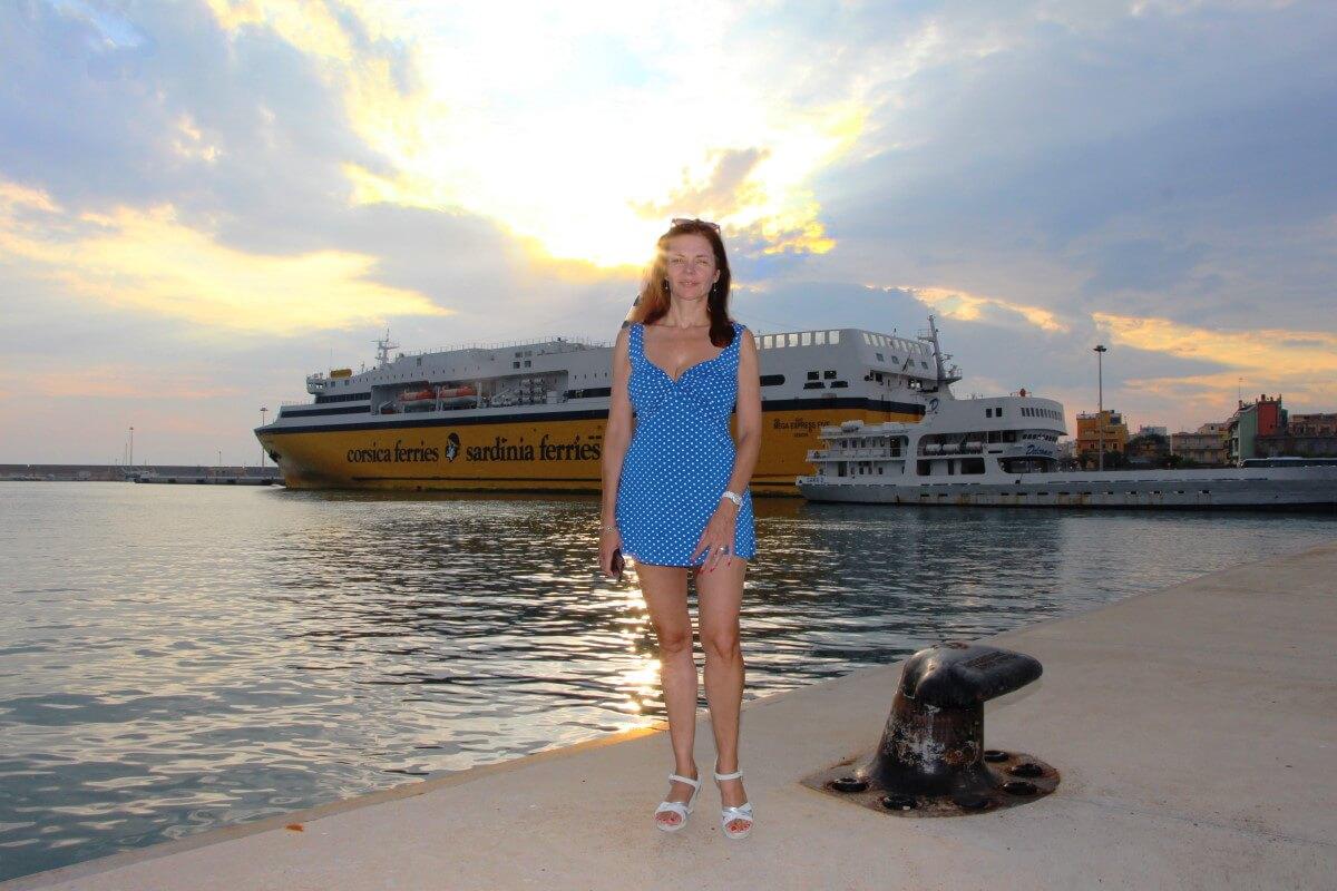 Porto Torres, Mega Express, Five et Corsica & Sardinia Ferries,Amélie, robe courte, jolies jambes, longues jambes, décolleté