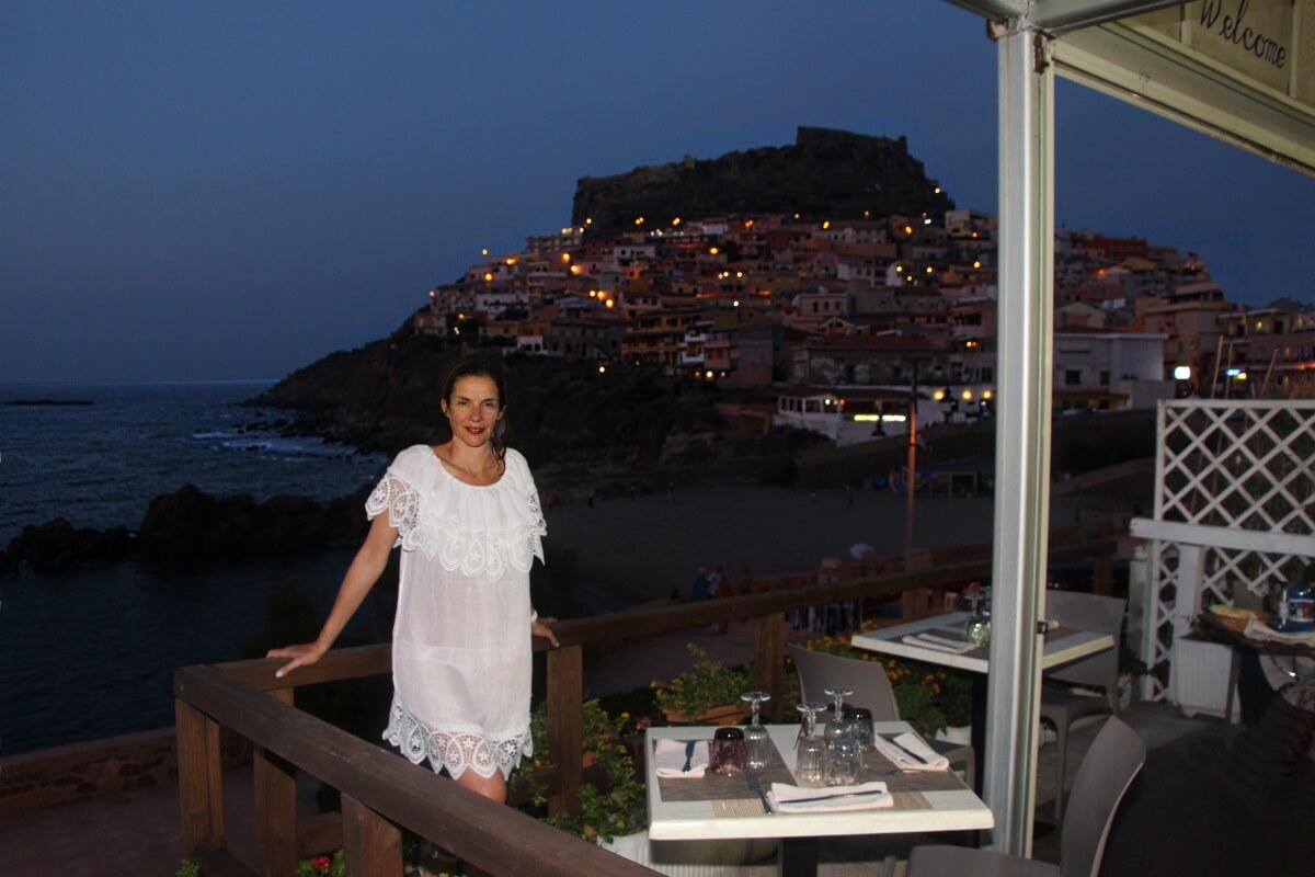 Italie, Sardaigne, Castelsardo, Pinna, robe transparente. Sexy.