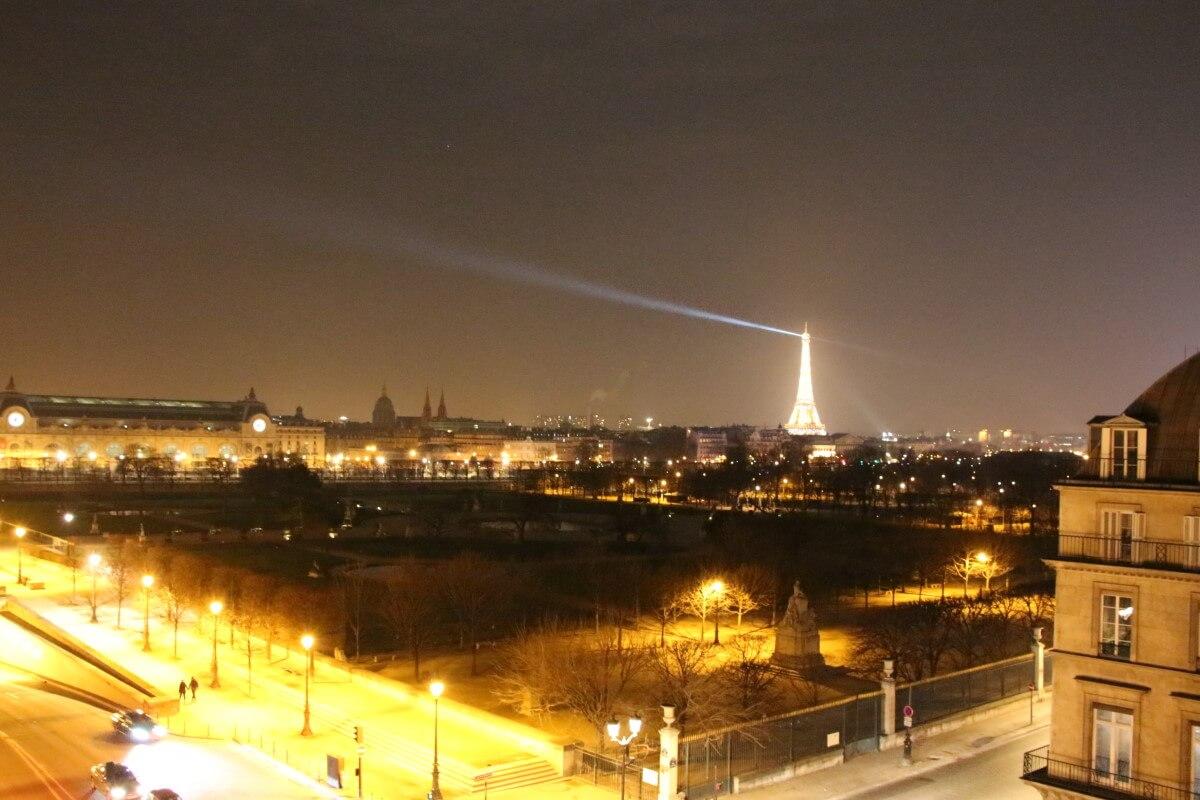 France, Paris, palace hôtel Le Régina,vue sur les Tuileries et la tour Eiffel de nuit.
