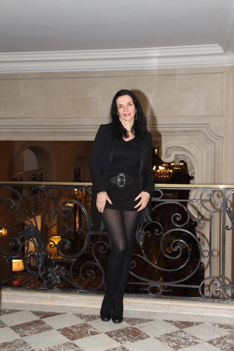 France, Paris, palace hôtel Le Régina, Art Nouveau. Amélie, cachemire, jambes, collants noirs, sexy woman, french lady,