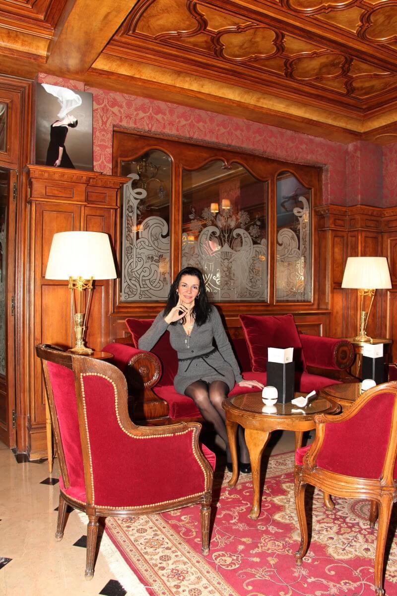 France, Paris, palace hôtel Le Régina, Art Nouveau. Amélie, jambes, collants noirs., sexy woman, french lady. Bar anglais.
