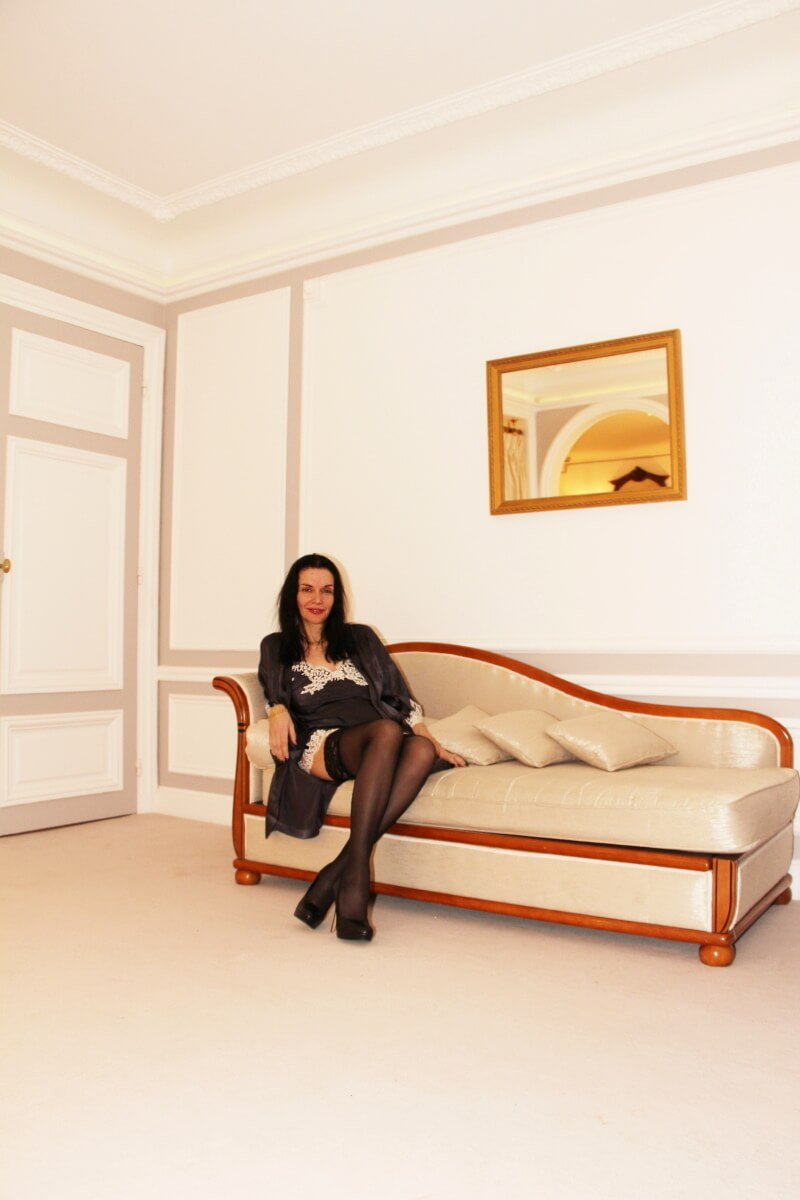 France, Paris, palace hôtel Le Régina, Art Nouveau. Amélie, en nuisette, bas noirs, talons hauts, méridienne.