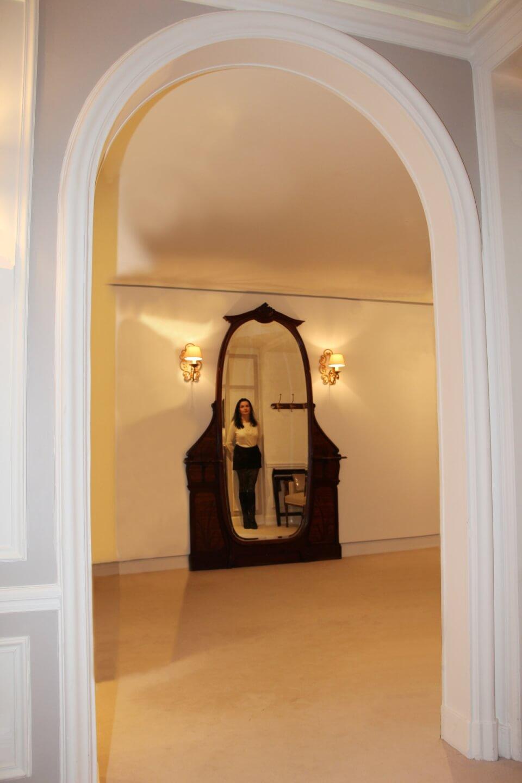 France, Paris, palace hôtel Le Régina, Art Nouveau. Amélie, miroir. Sexy woman.
