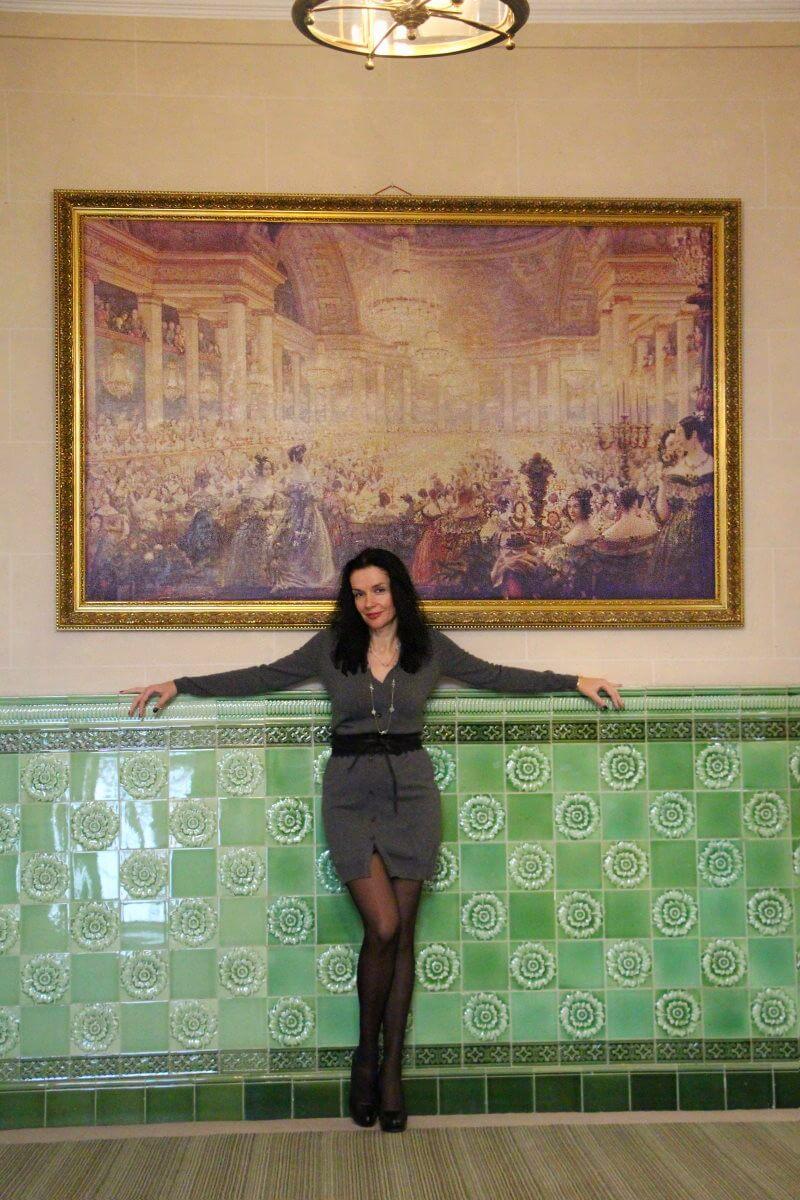 France, Paris, palace hôtel Le Régina, Art Nouveau. Amélie, jambes, collants noirs., sexy woman, french lady.