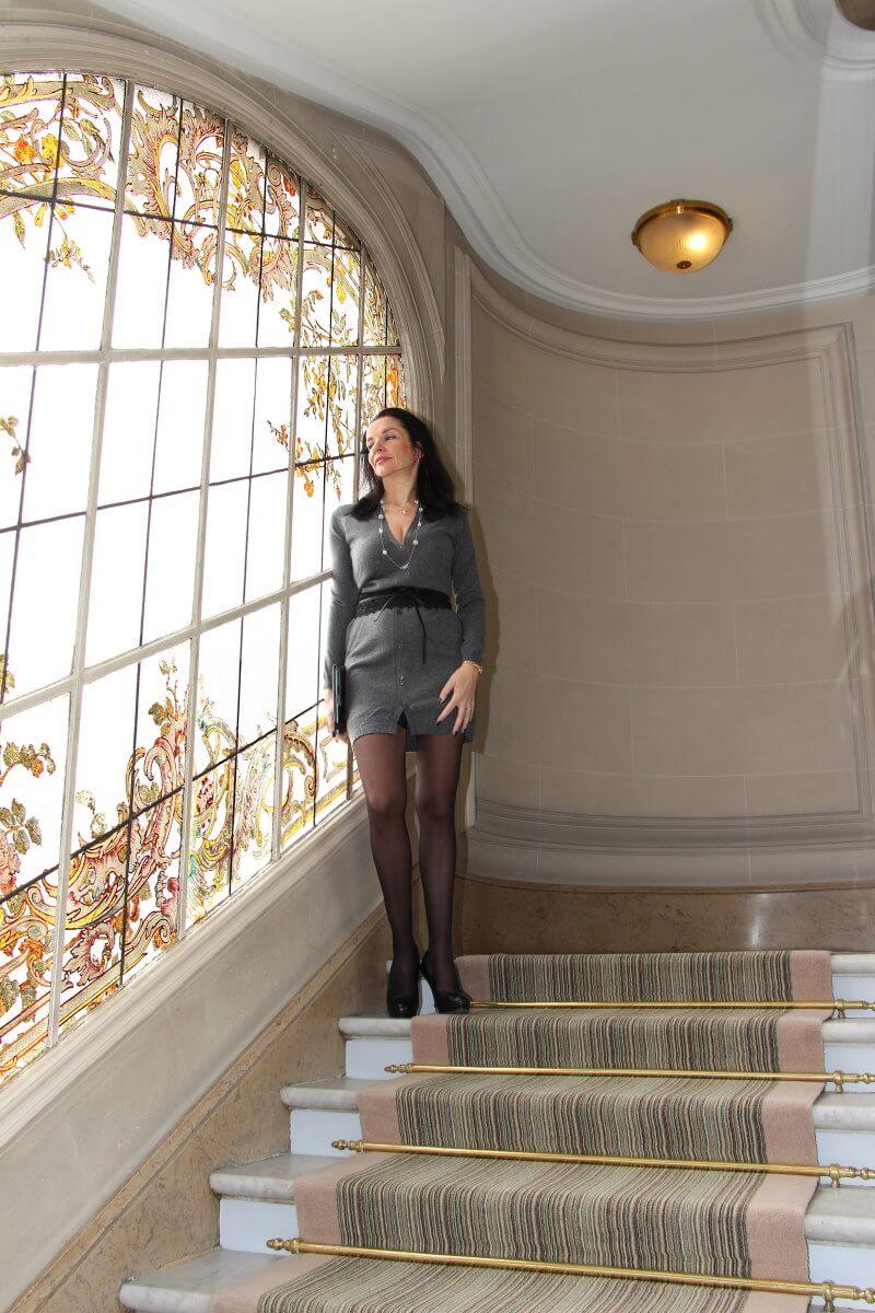 France, Paris, palace hôtel Le Régina, Art Nouveau. Amélie, jambes, collants noirs, robe à boutonnage,sexy woman, french lady.