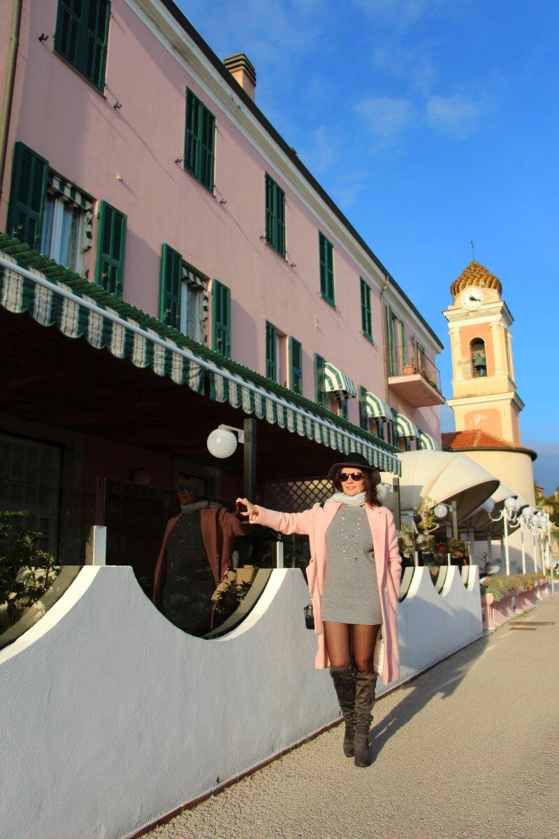 Italie, Ligurie, Riviera dei Fiori, Arma di Taggia, restaurant, Michelin, La Conchiglia, Giaccomo Ruffoni, Loris Dolzan, Amélie, robe courte, robe pull, bottes en daim. Cuisses.