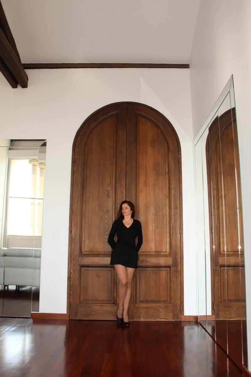 Amélie, grande double porte en bois, cintrée.