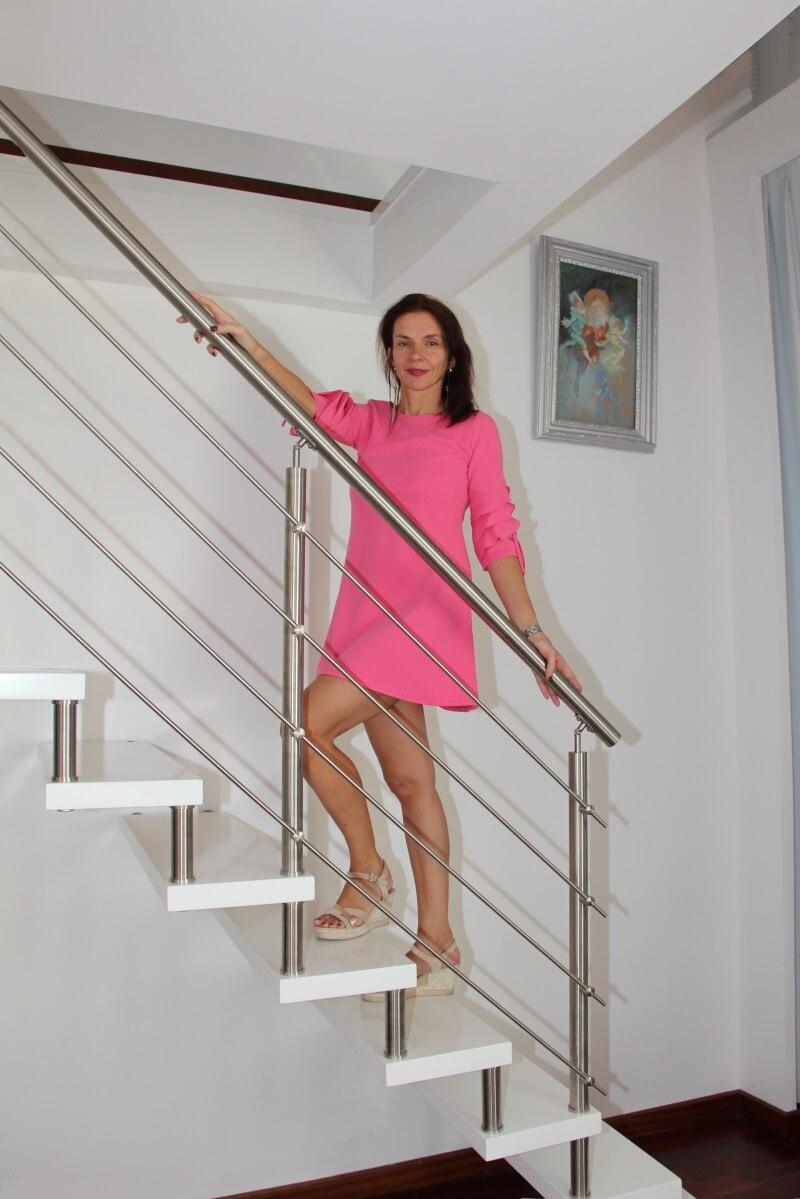 Amélie en mini-robe rose, jolies jambes, sexy. Passion-Bois.