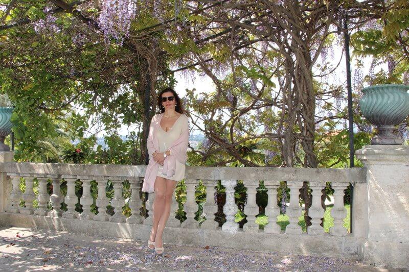 France, Côte d'Azur, Nice, Cimiez, Amélie, décolleté, robe jersey ivoire courte. Short dress. Beautiful long legs.