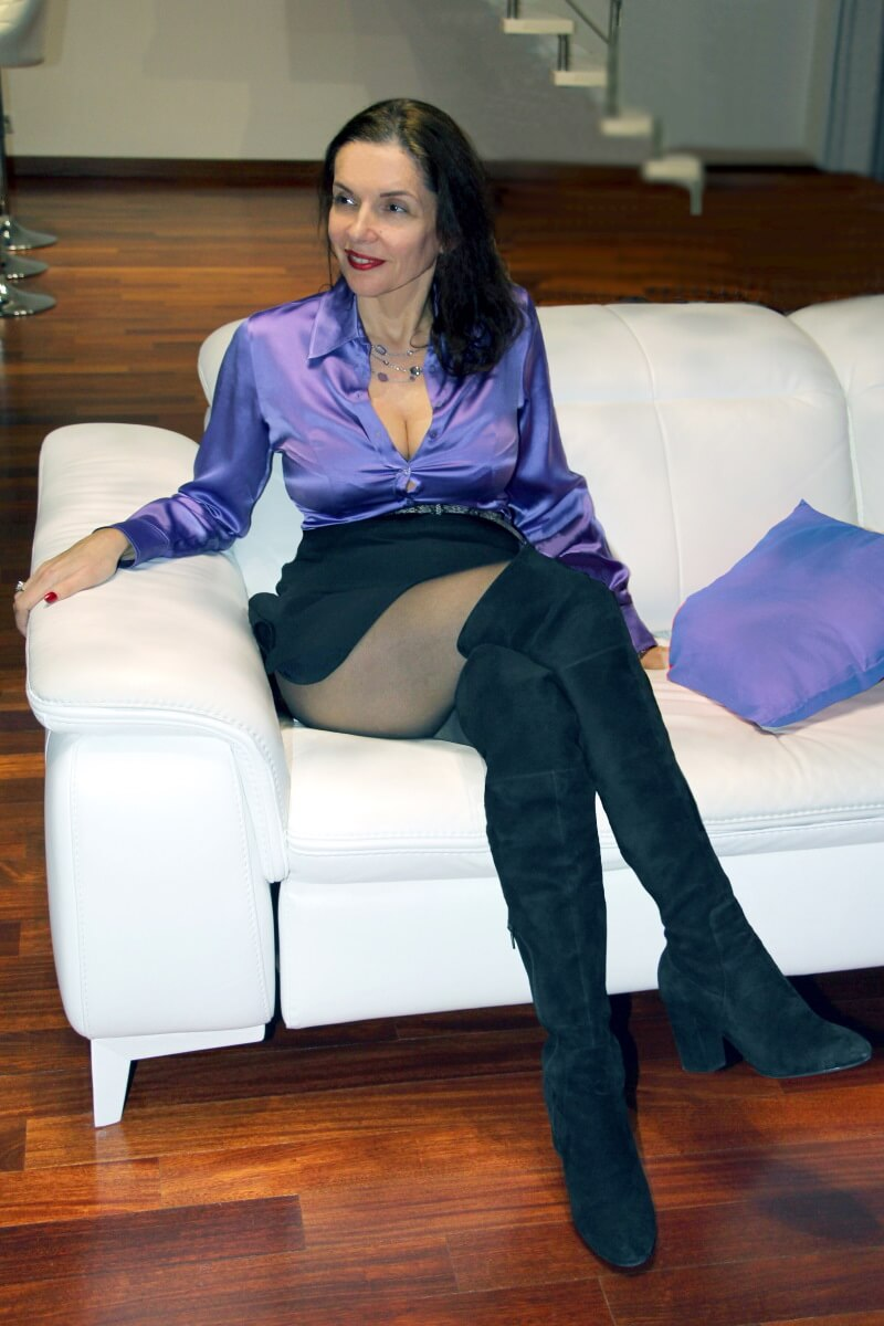 France, Nice, Baie des Anges. Amélie with the purple satin blouse. Heeled waders.
