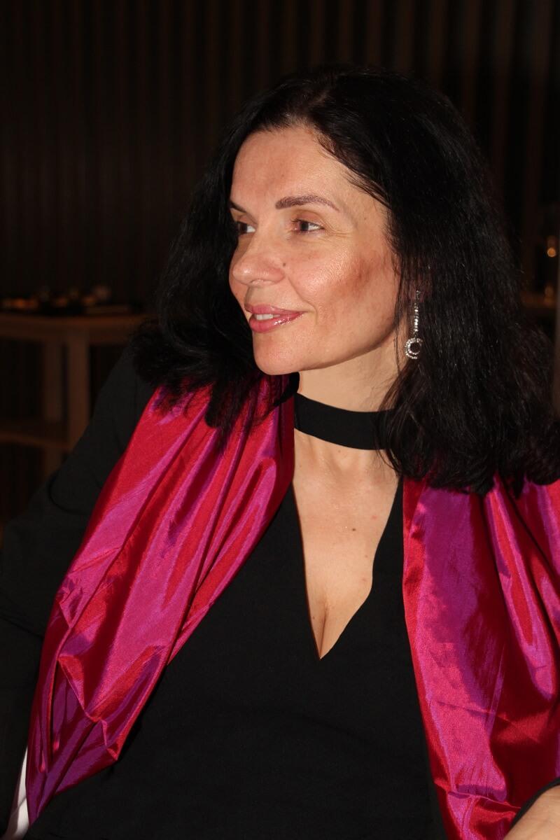 France, Provence, Var, Côte d'Azur, French Riviera, Christophe Bacquié, Amélie, robe noire décolletée, écharpe pourpre.